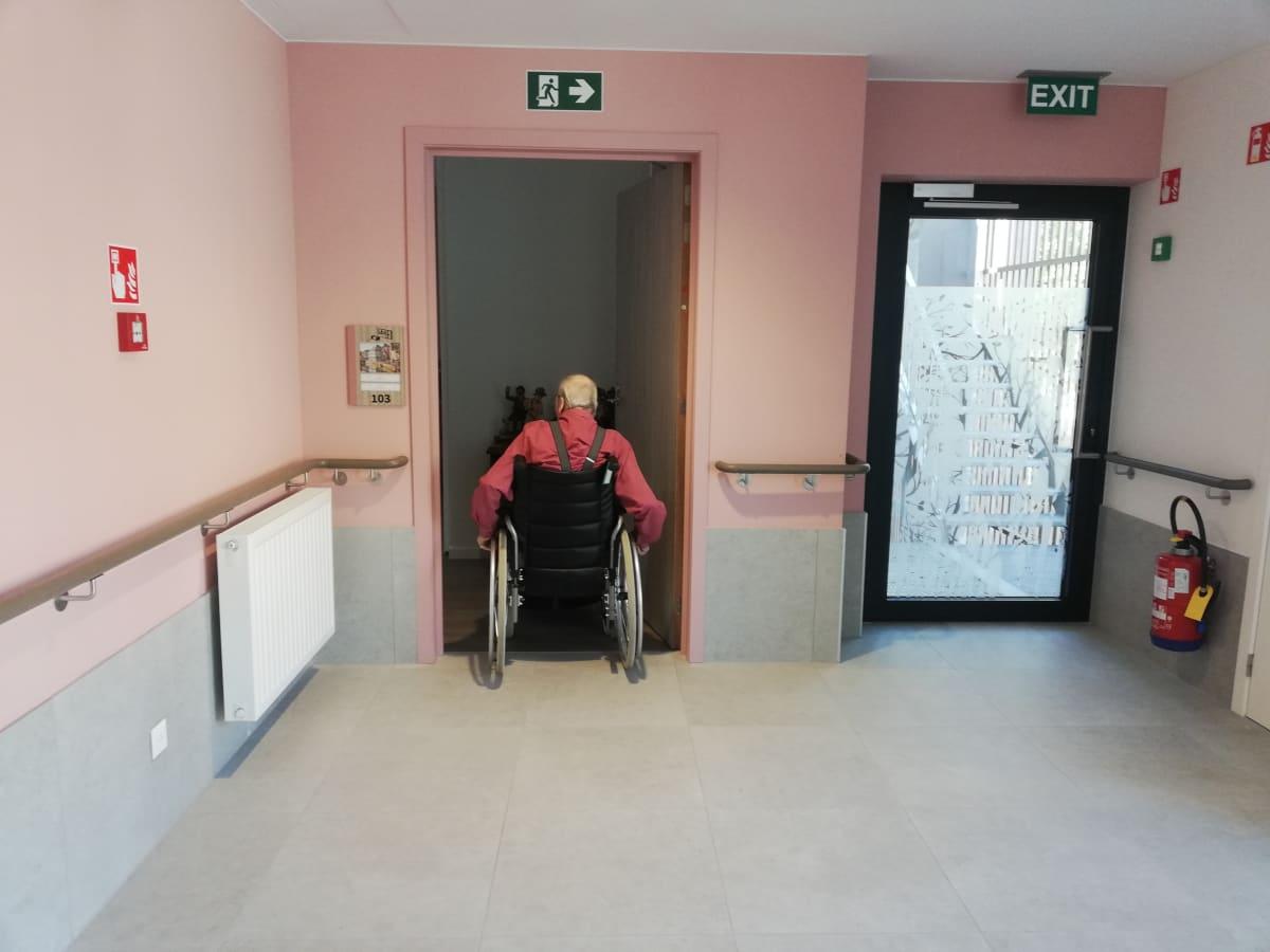 Hoivakodin asukas menee huoneeseensa belgialaisessa hoivakodissa.