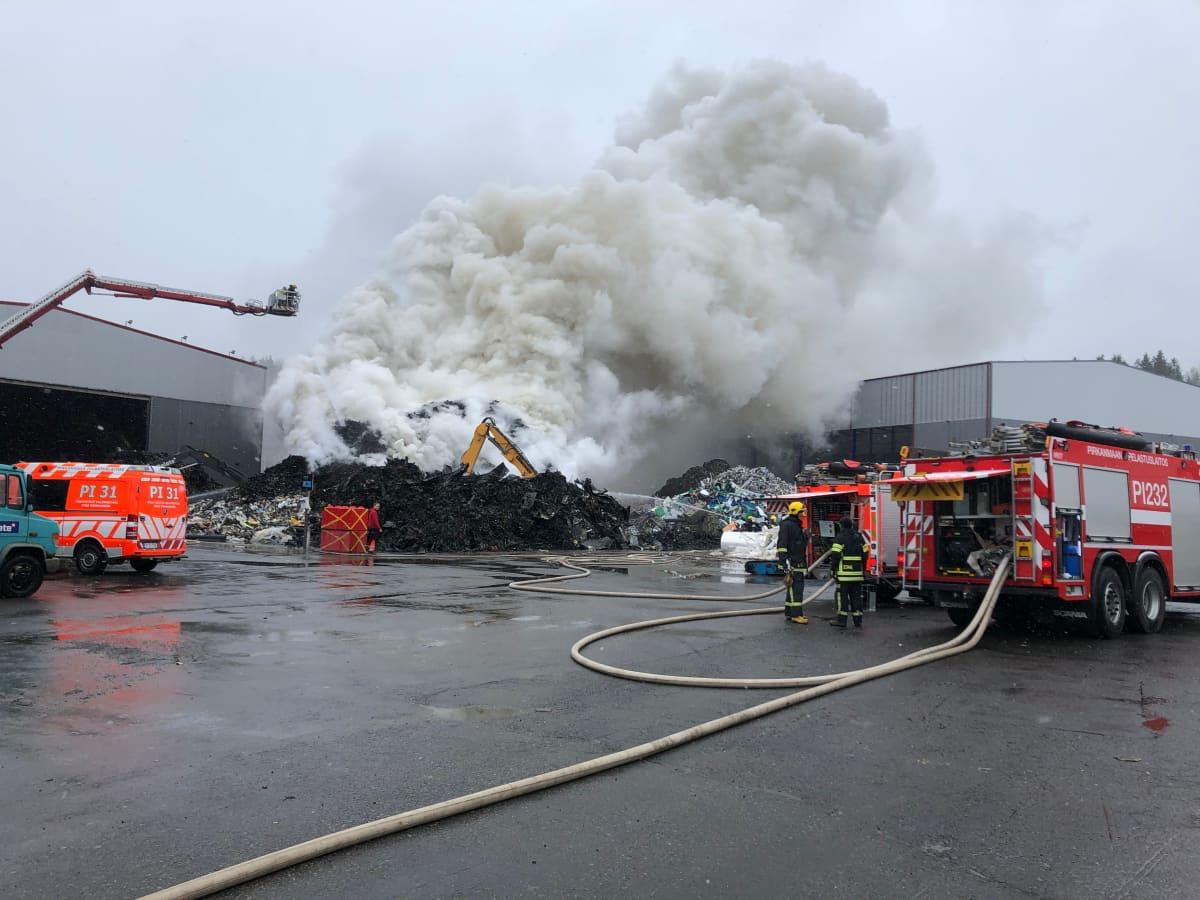 Rakennusjätekasan palo savutti runsaasti Tampereen Ruskossa.