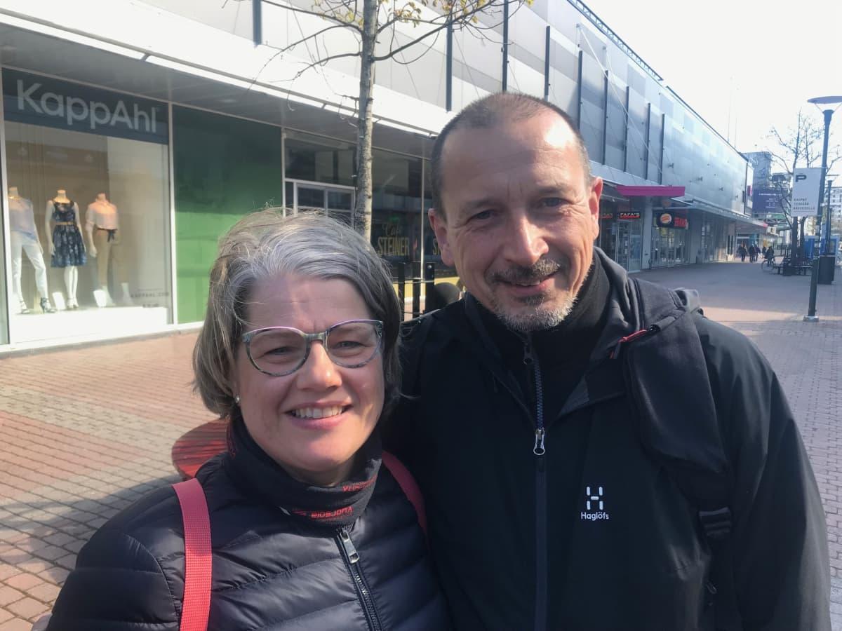Ritva ja Juha Tuomisalo Porin kävelykadulla