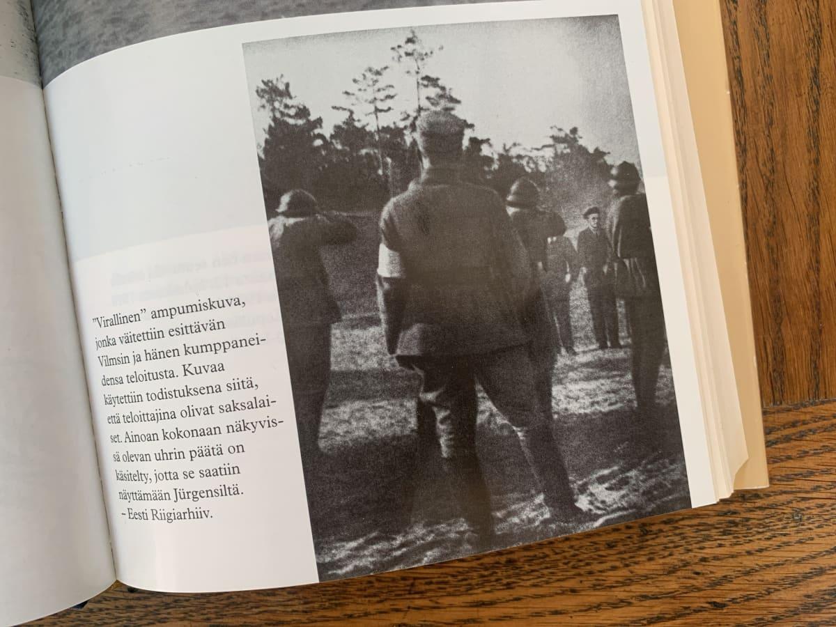 Kuva Jüri Vilmsin teloituksesta on Seppo Zetterbergin mukaan retusoitu. Kuva on Zetterbergin kirjasta Jüri Vilmsin kuolema (Otava, 1997).