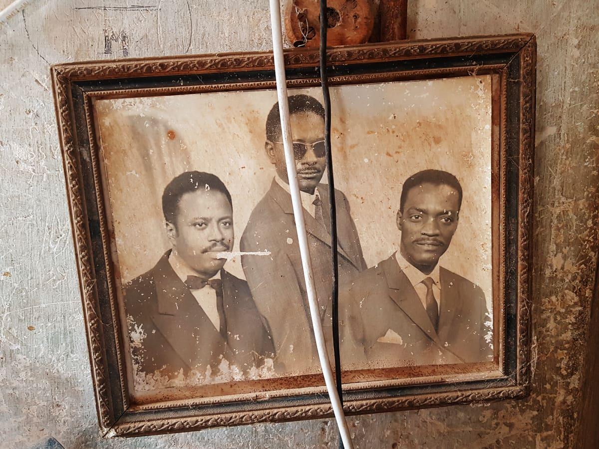 Kuvassa on kolme miestä vanhassa valokuvassa.