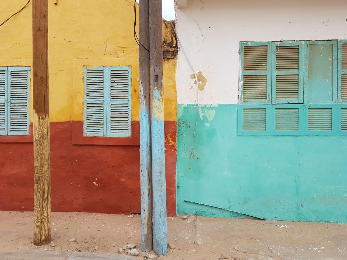 Vanhojen kivitalojen värikkäitä seiniä Saint-Louis'ssa.