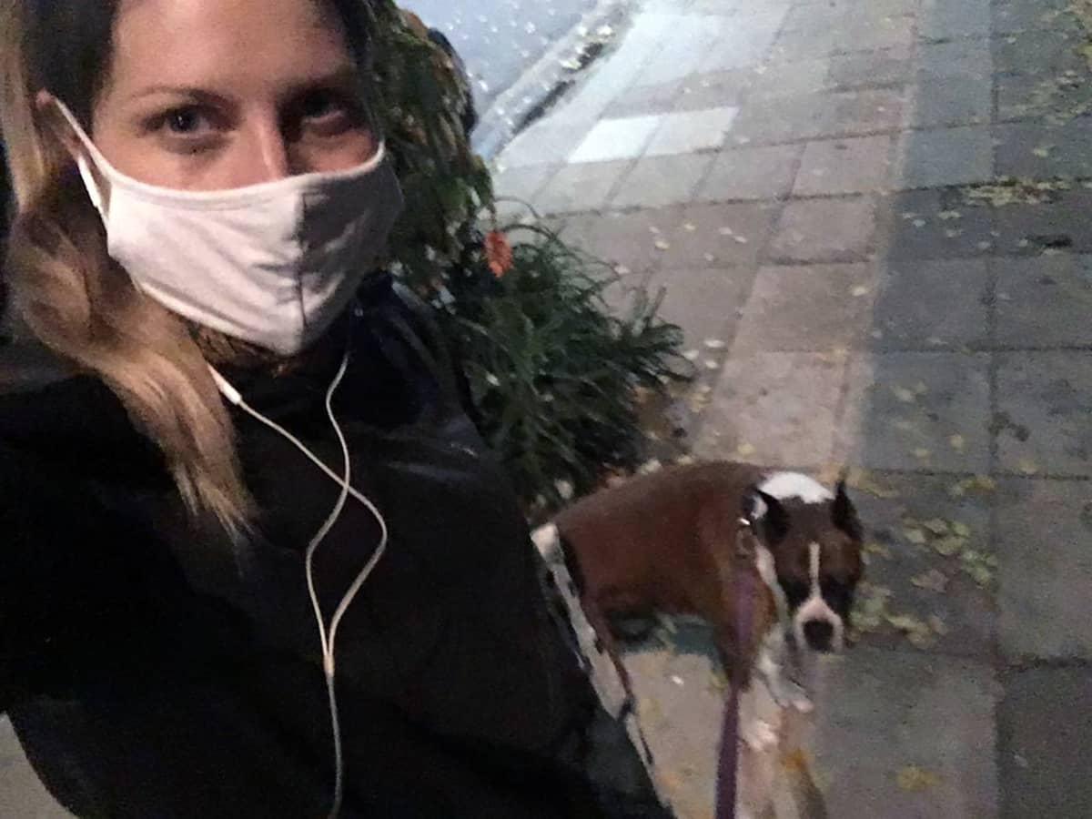 Kaisa Baiardi ulkoiluttaa koiraansa Charlieta kolmesti päivässä Buenos Airesissa.