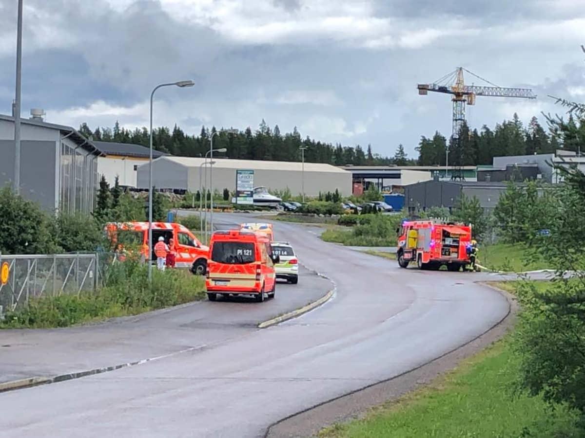 Pelastuslaitoksen ajoneuvoja Vesalantiellä Pirkkalassa.