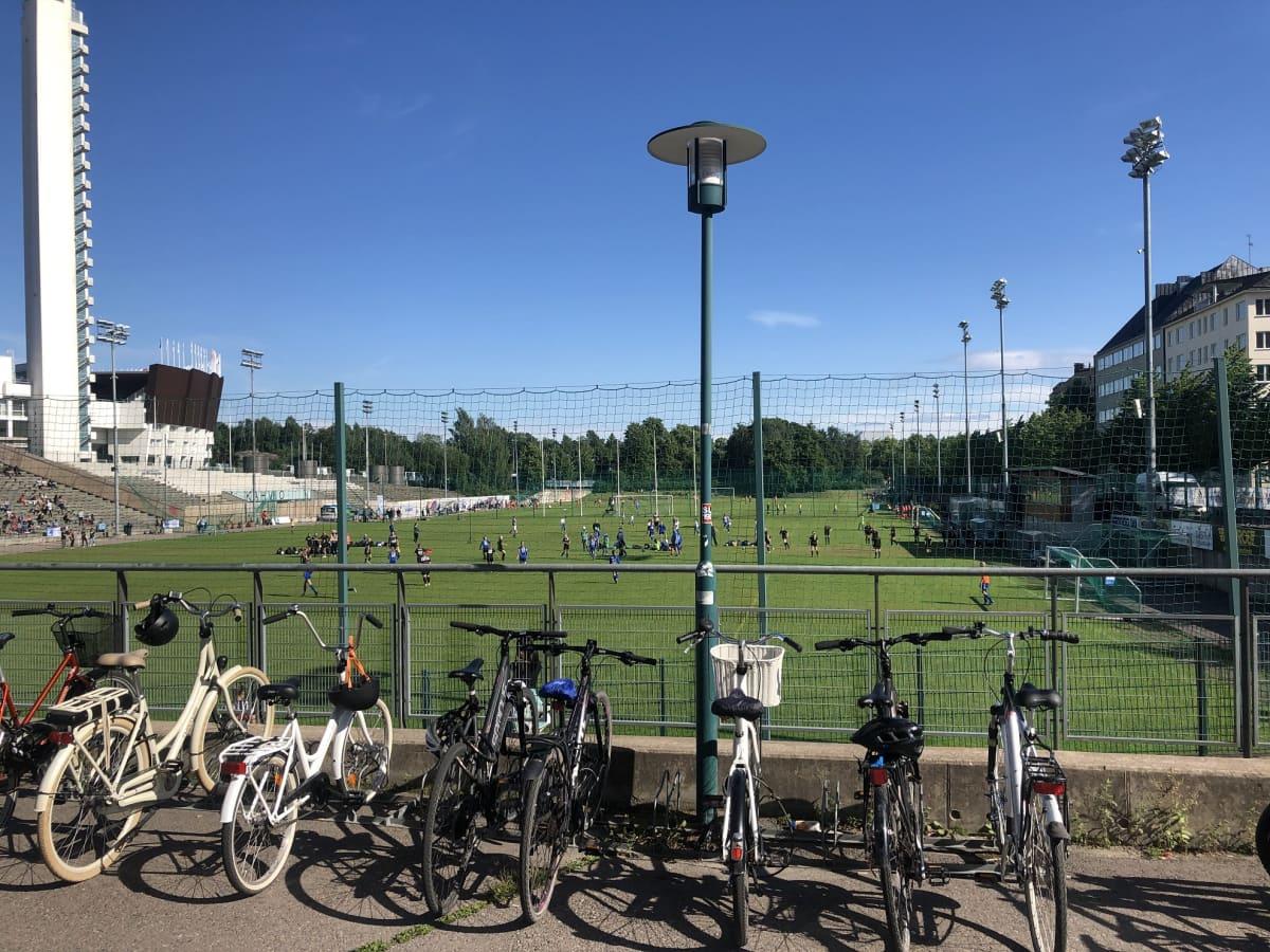 Pelaajia Töölön jalkapallokentällä.