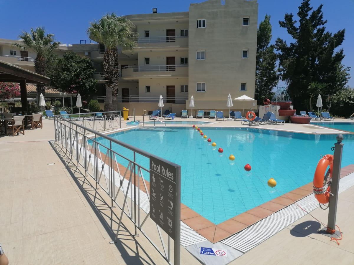 Hotellin uima-altaalla on huomattavan väljää ja ohjeistus aurinkotuolien riittävästä etäisyydestä toisiinsa.
