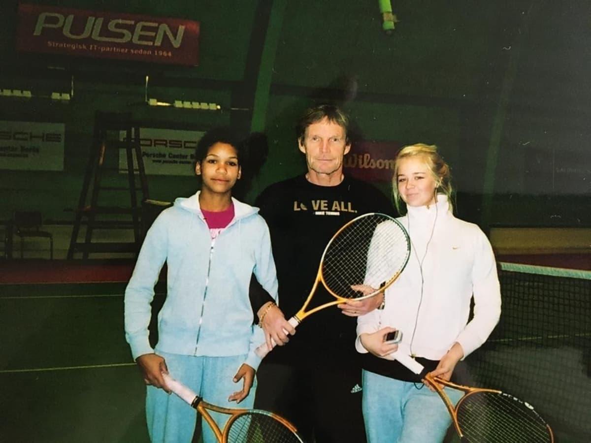Valmentaja Pertti Heikkinen oli Holopaisille alusta saakka tuki ja turva. Kuvassa Naomi Holopainen, Heikkinen ja Alina Perttula Göteborgissa 2006.