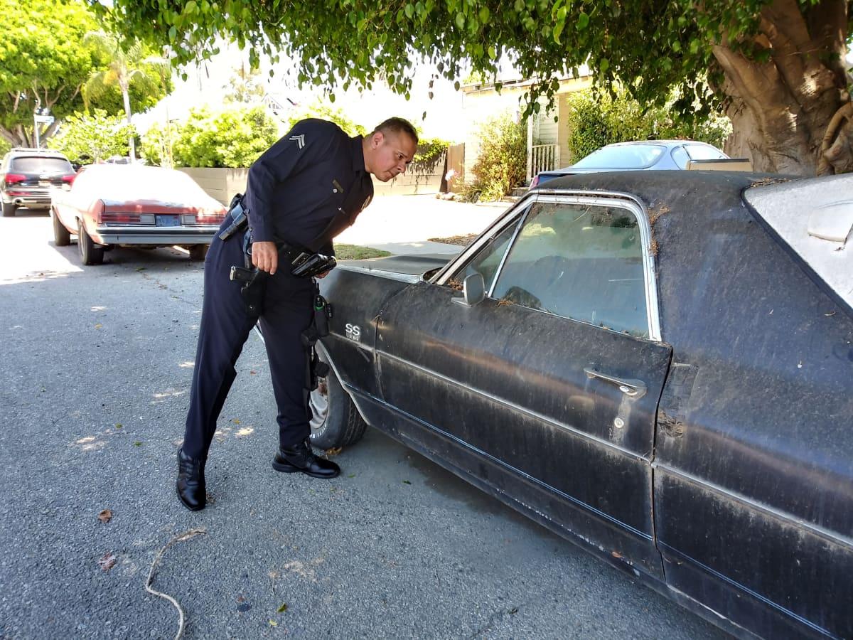 Poliisi Tim Ruiz, LAPD, ymmärtää asukkaiden reaktion, kun autossa asuvat kodittomat muuttavat miljoonien arvoisen kotitalon eteen.