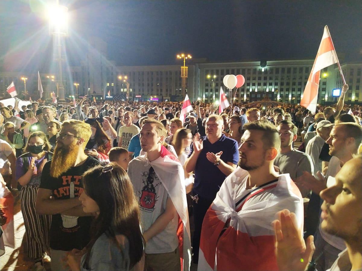 Mielenosoittajia Minskissä.