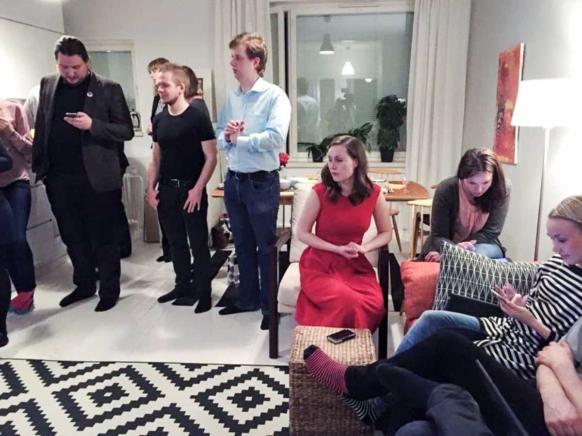 Kuvassa on Sanna Marin vaalivalvojaisissaan kotona Tampereella 2015.