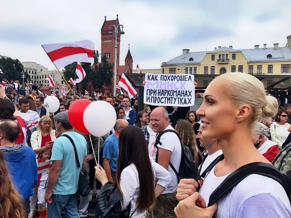 Valko-Venäjän tunnetuimpiin urheilijoihin kuuluva Jelena Levtshenko kävi aktiivisesti hallituksen vastaisissa mielenosoituksissa, kunnes hänet pidätettiin syyskuun lopussa.