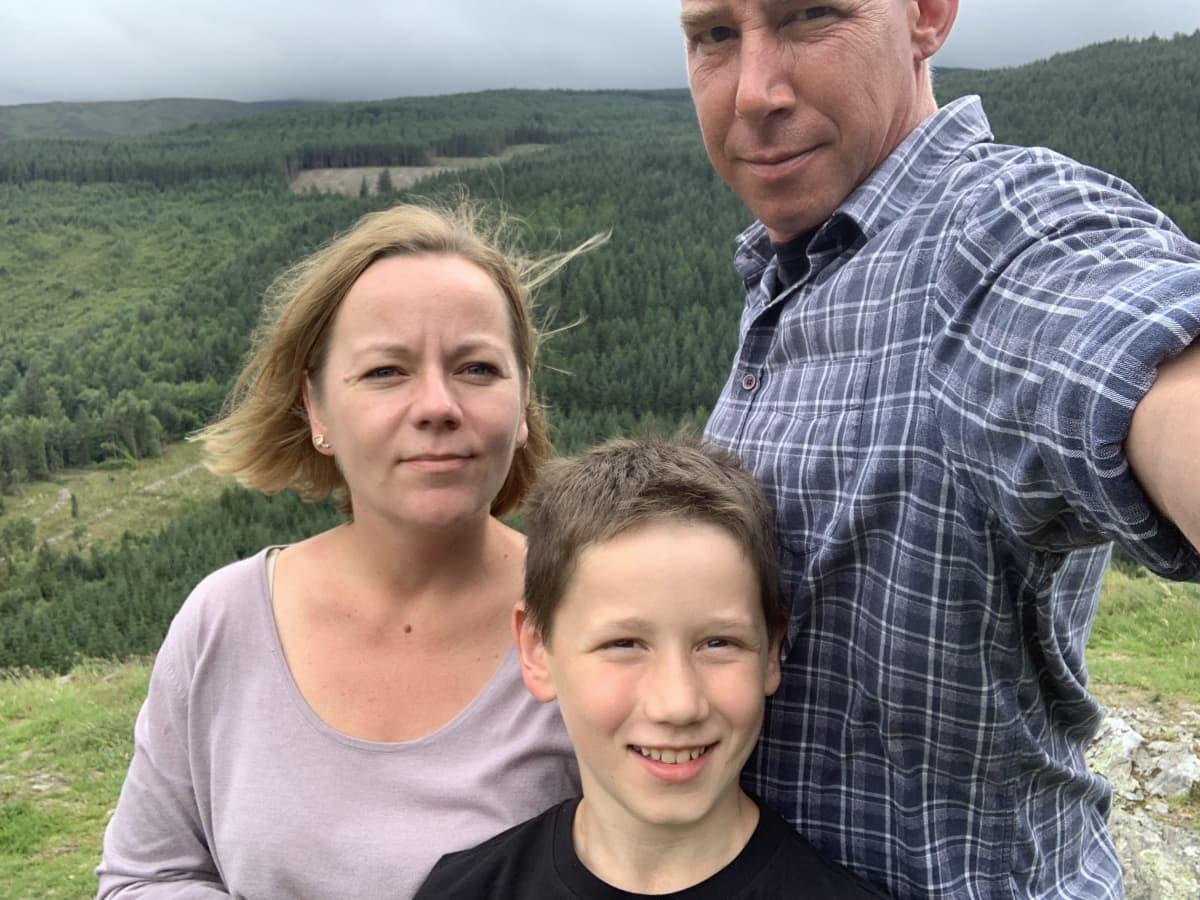 Jenni Miley ulkoilee perheensä kanssa vuoristossa Irlannissa.