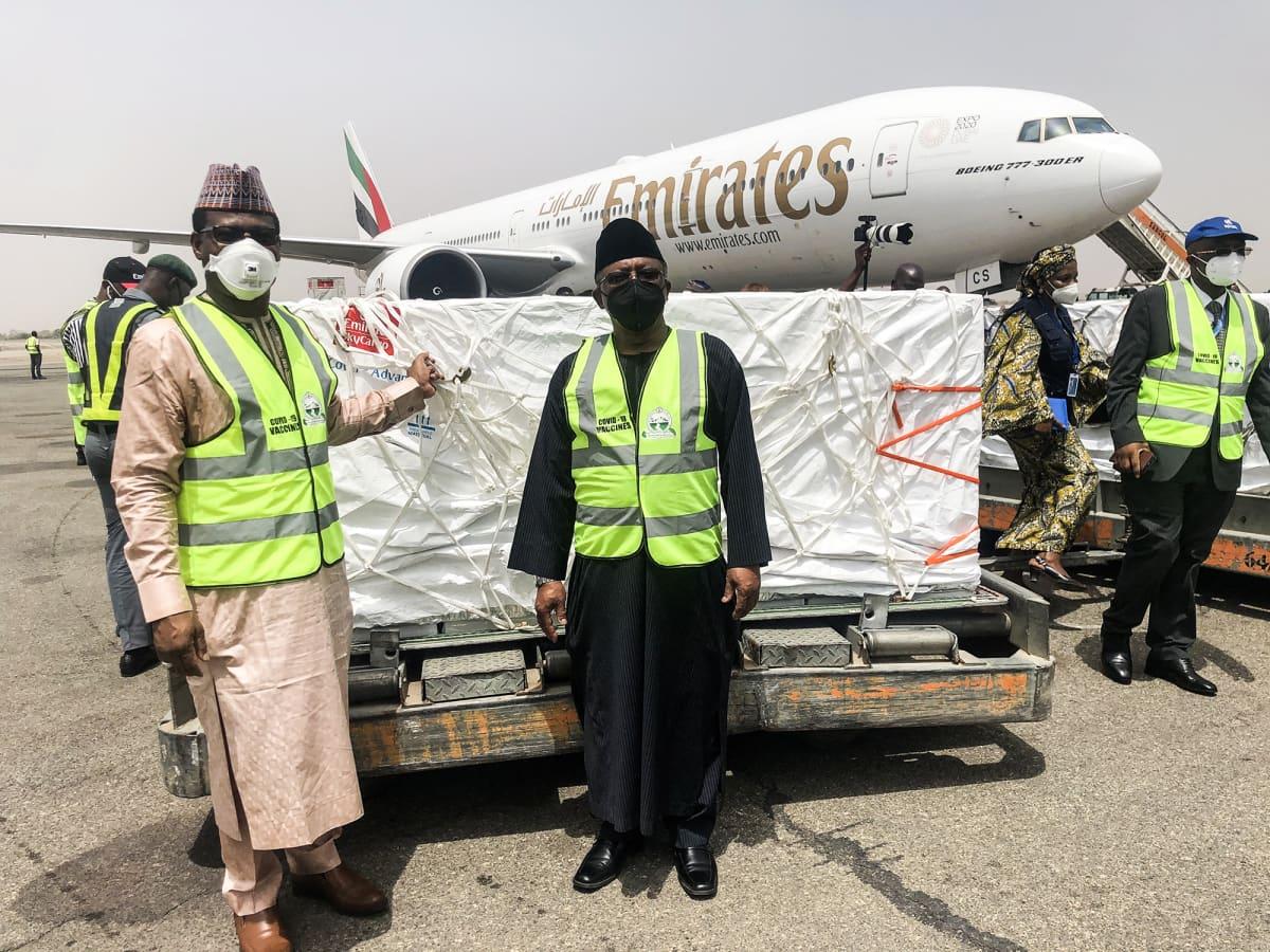 Terveysministeri Osagie Ehanire ottaa vastaan ensimmäisen rokotuslähetyksen Abujan lentokentällä Nigeriassa.