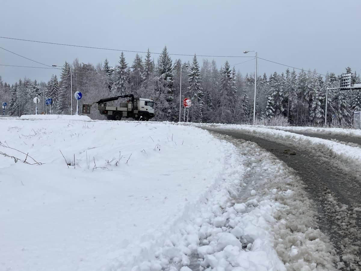 Lumisohjoa tiellä.