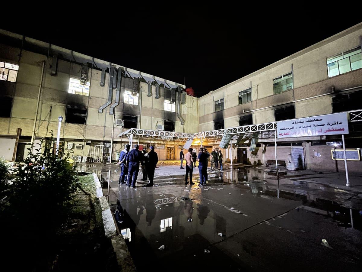Bagdadilainen Al-Khatib -sairaala tulipalon jäljiltä.