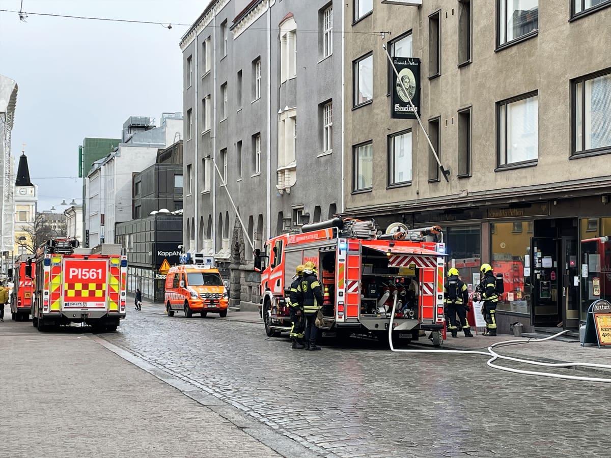 Paloautoja Tampereen Kauppakadulla.