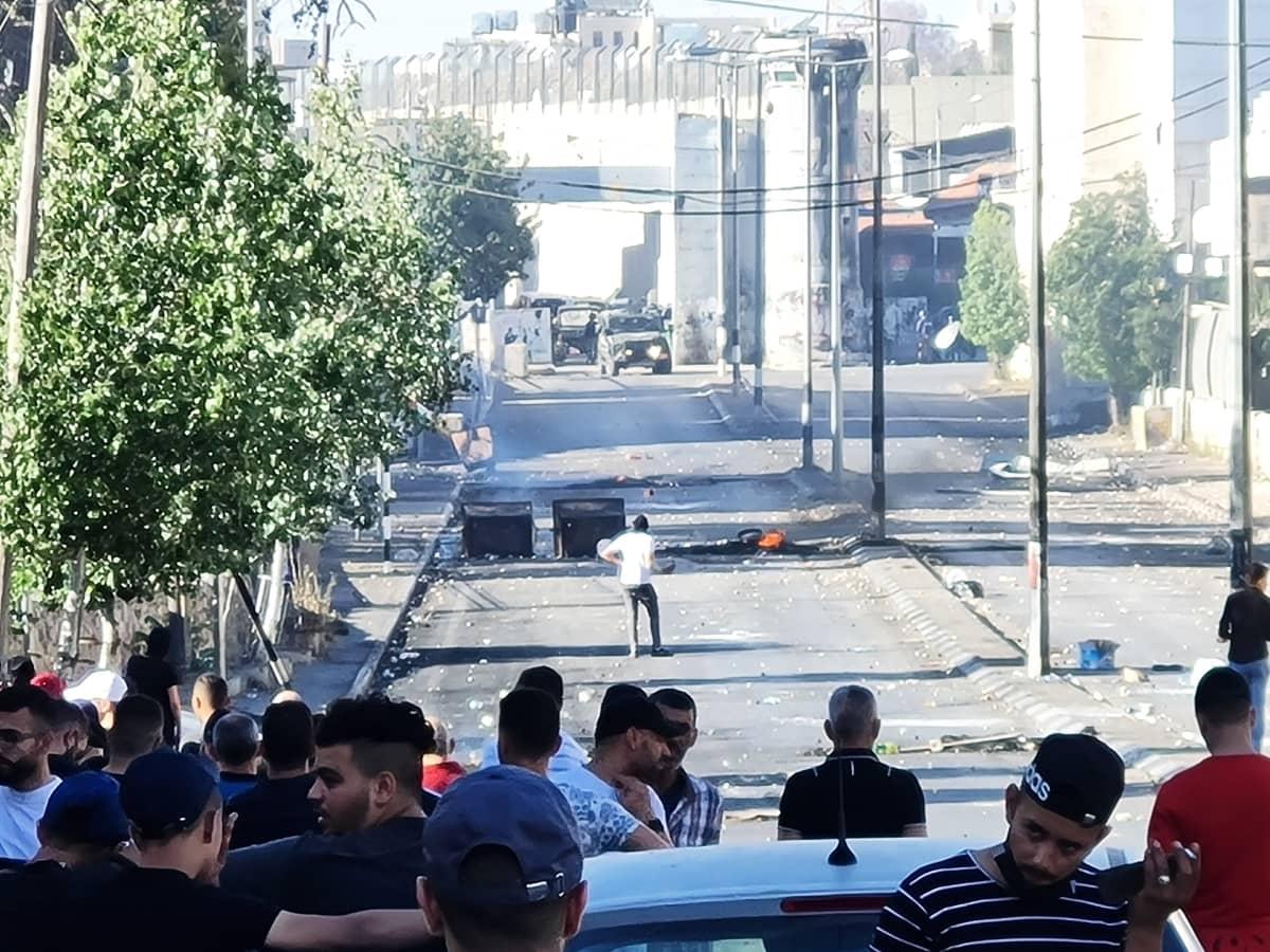 Israelin sotilaat ampuvat kyynelkaasua, kumiluoteja ja joskus myös aitoja luoteja yhteenotoissa Länsirannalla Israelissa.