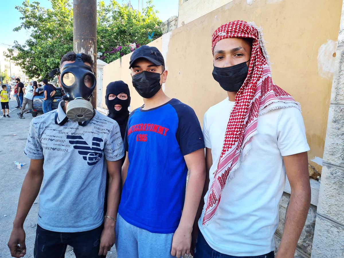 Mielenosoittajat ovat nuoria ja monet ovat olleet jo alaikäisinä Israelin vankiloissa mielenosoitusten jälkeen. Siksi he peittävät kasvonsa.