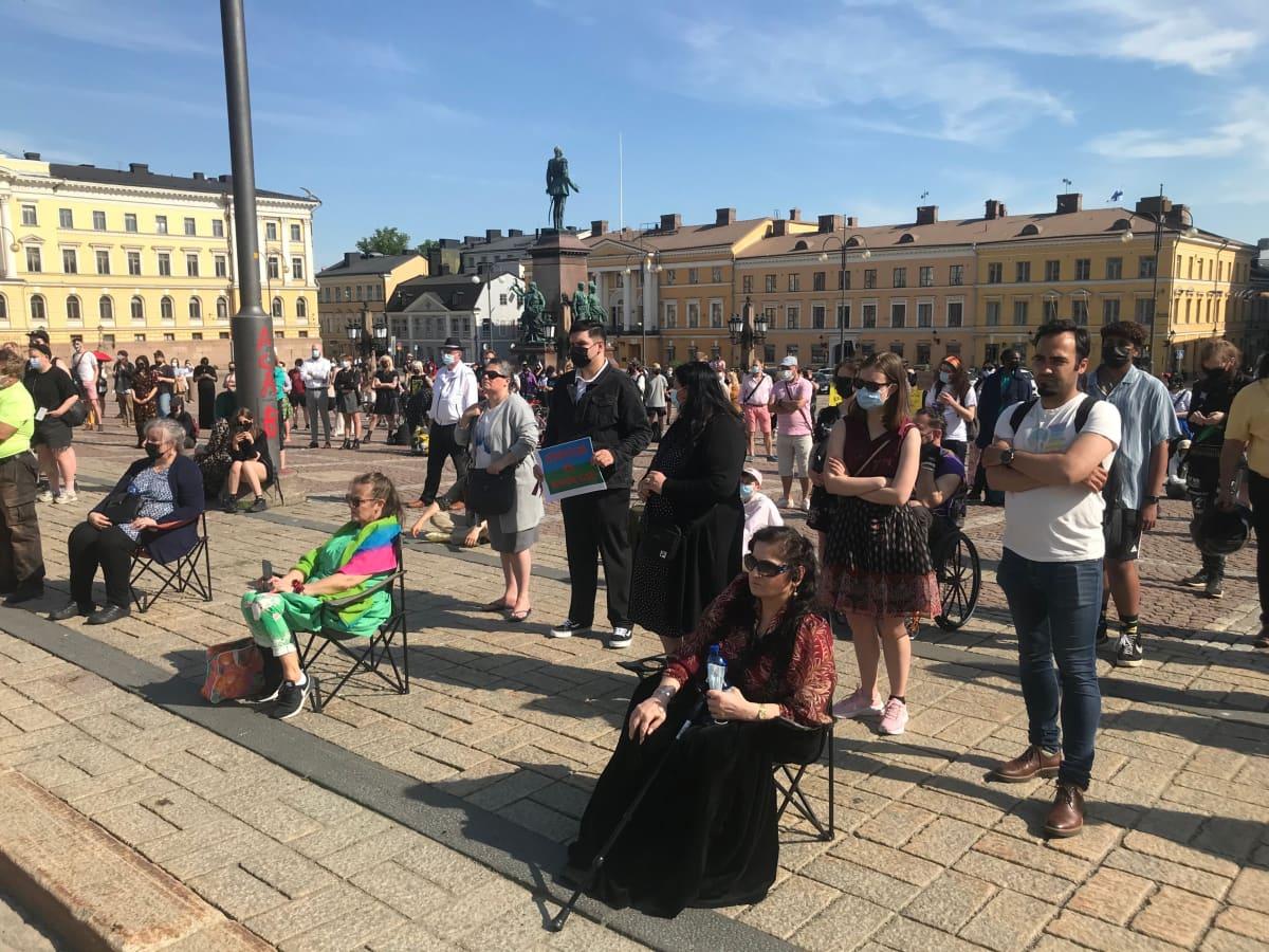 Mielenilmauksen osallistujia Senaatintorilla.
