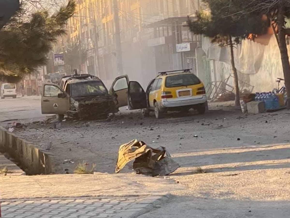 Romua kadulla kaksi tuhoutunutta ajoneuvoa.