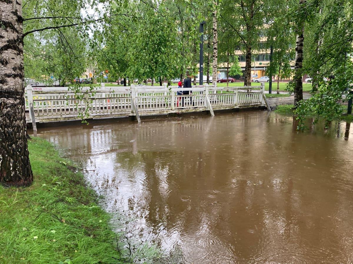 Oulun keskustan Plaanaojan pinta nousi tavanomaista korkemmalle maanantain rankkasateiden vuoksi.