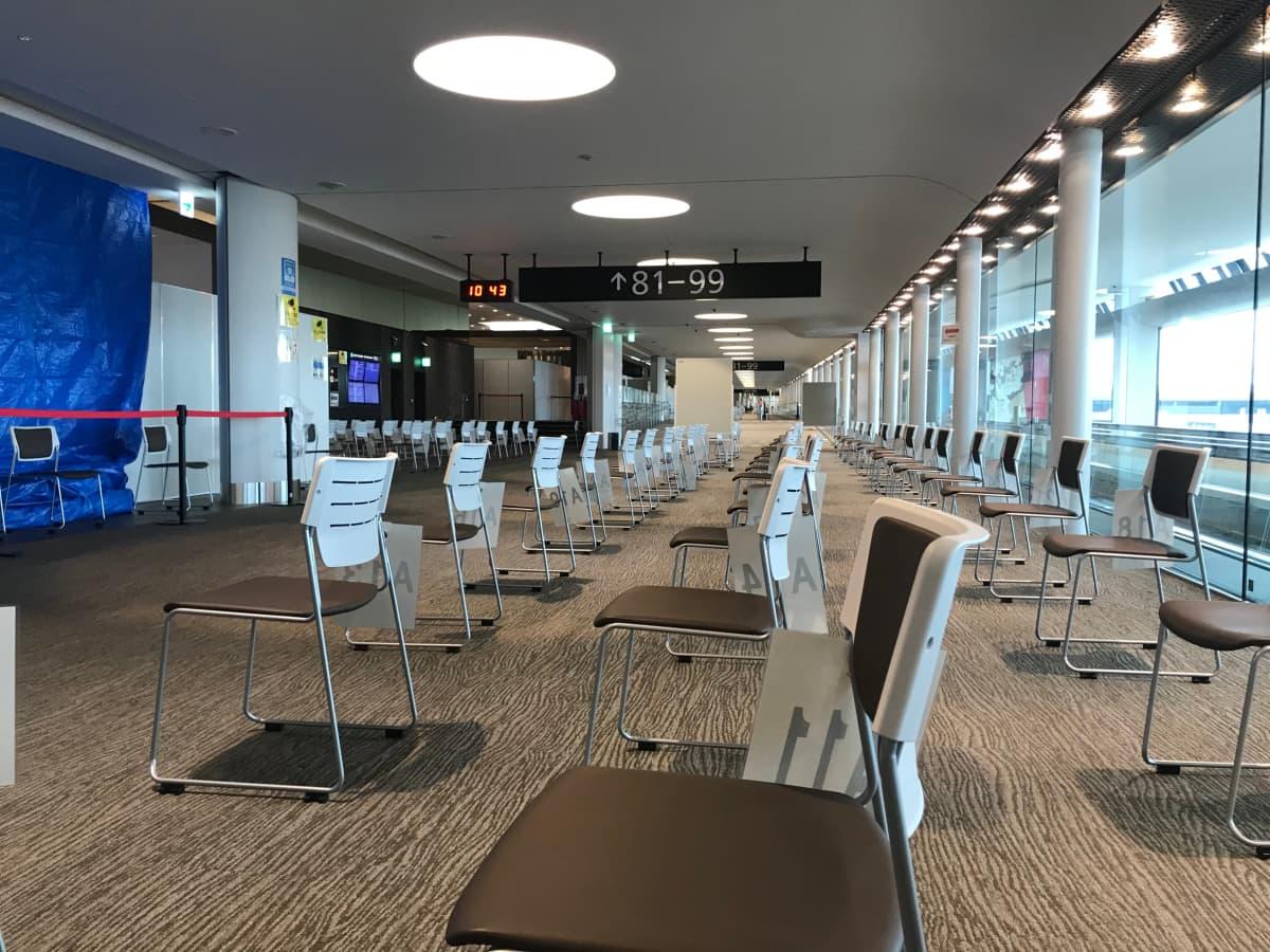 Tokion lentokentällä olympialaisiin osallistuvilla on omat odotusalueensa.