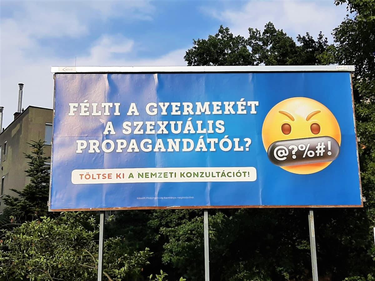 """Unkari, kansallisen konsultaation hallituksen mainoskampanjaa heinäkuu 2021, """"homovastainen"""" laki, Orbán, Budapest"""