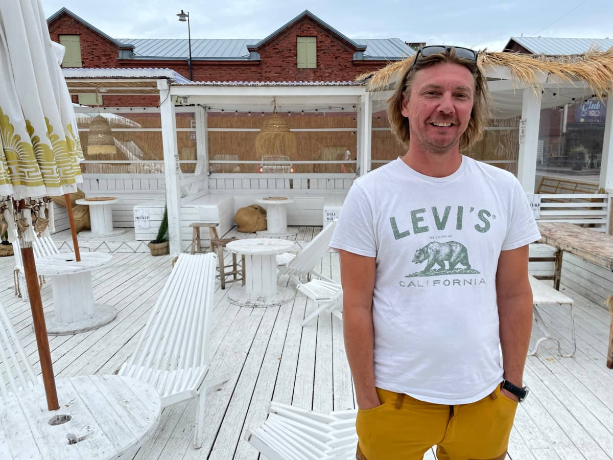 Anders Augustsson pyörittää kolmea ravintolaa Hangossa. Sää on suosinut liiketoimia läpi koko sesongin, mutta kuvauspäivään osunut sade piti Coco-terassiravintolan portit kiinni.
