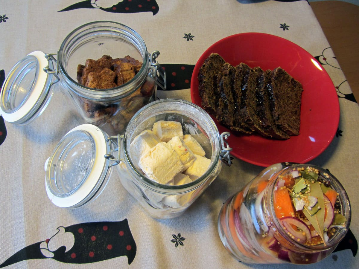 Sahdista valmistuu vaahtokarkkeja, silliä, taatelikakkua ja suklaaleipää.