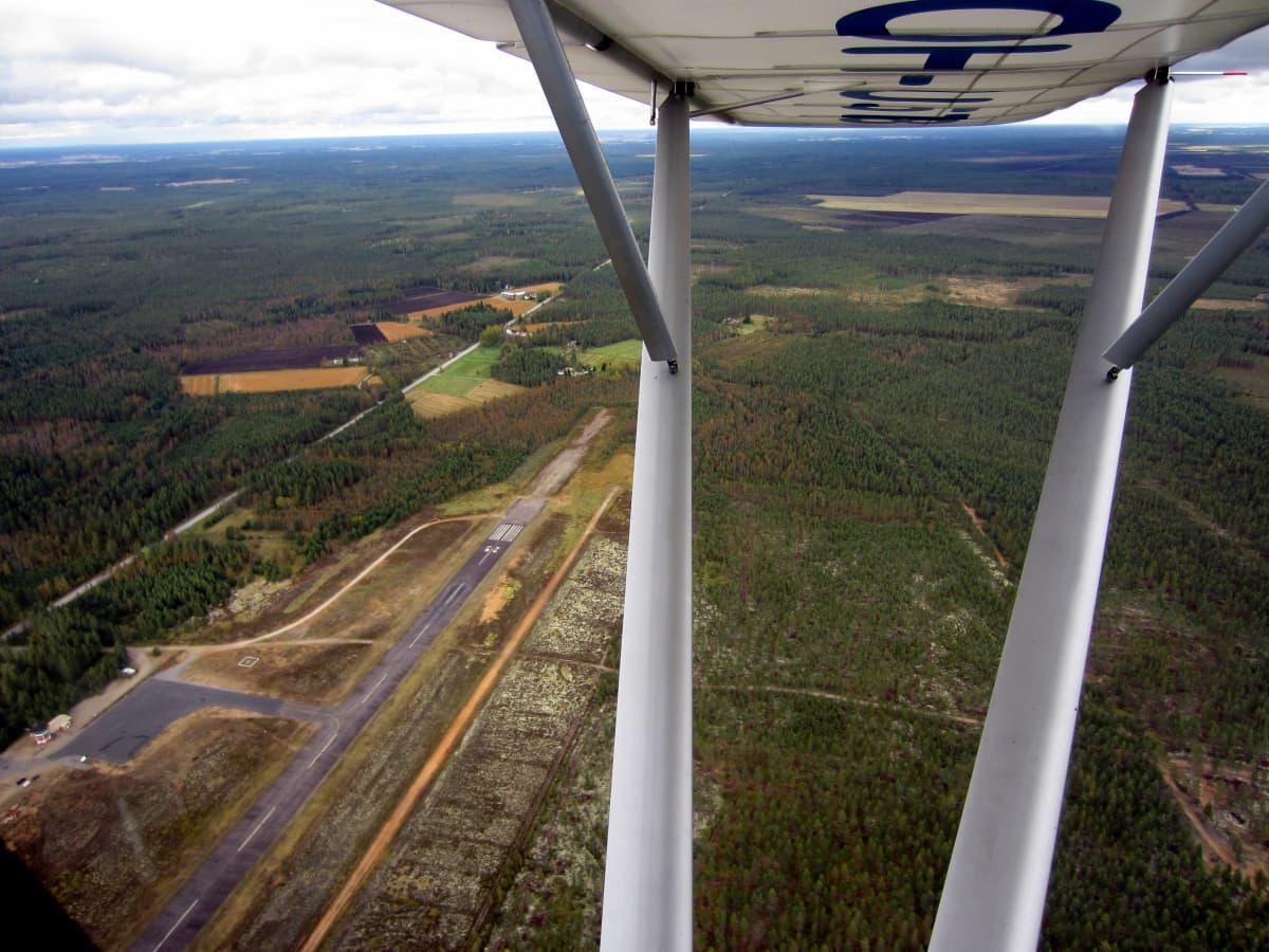 Kauhajoen Lamminmaalla sijaitseva lentokenttä ilmasta käsin.
