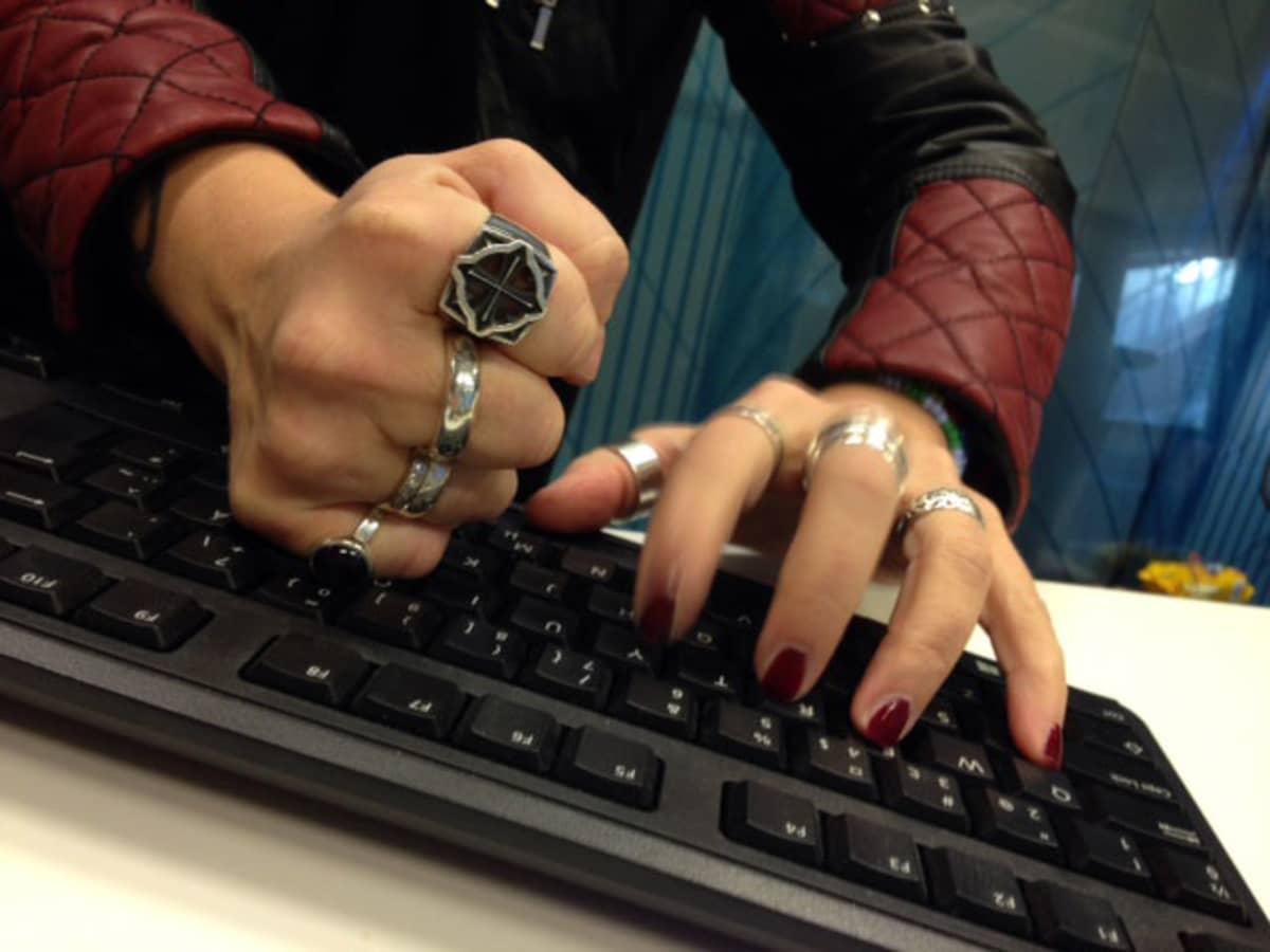 Nettitrolli, internet, näppäimistö, kädet näppäimistöllä, internet, nettihäirikkö, netti, trolli, nyrkki, provokaatio, yllytys, viha, ärsyyntyminen