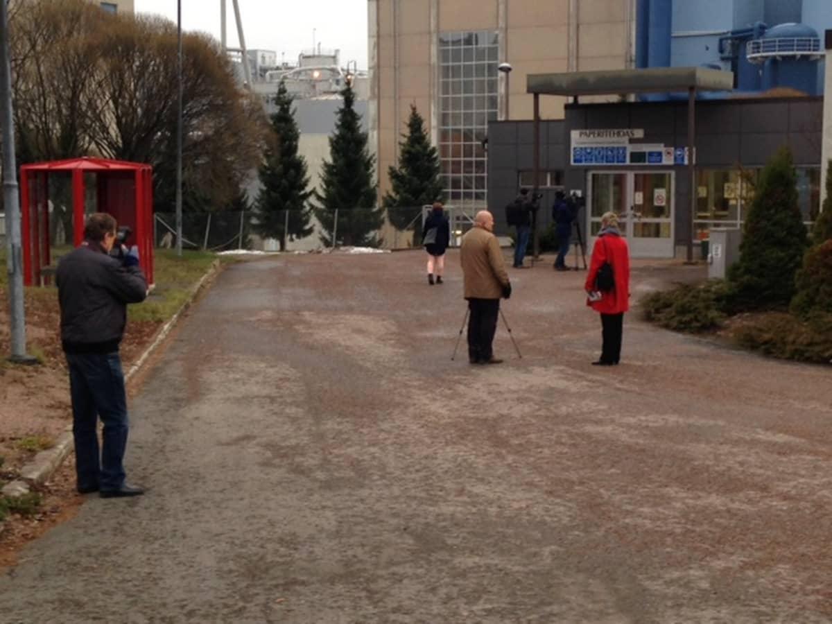 Media odottaa ulosmarssijoita UPM:n tehtaalla Jämsänkoskella.