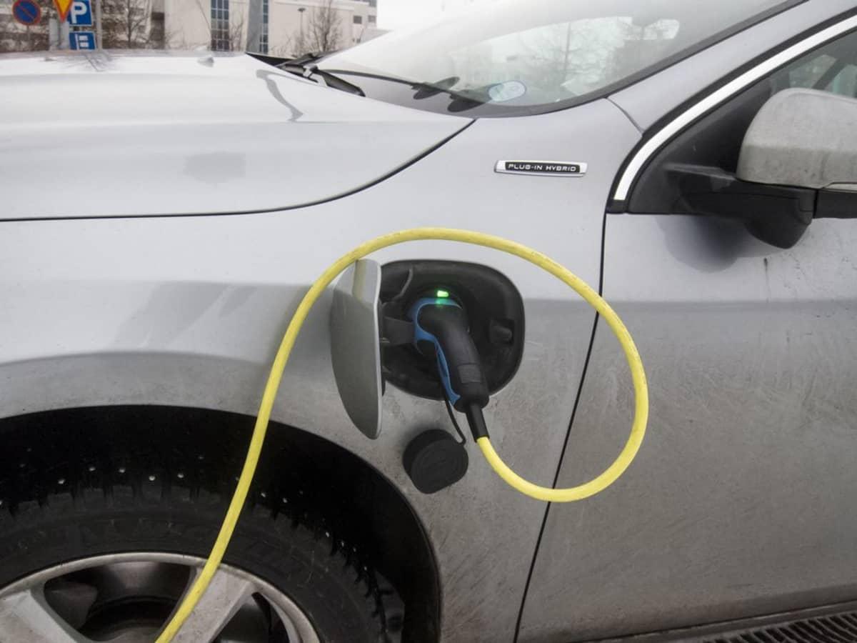 Auto hybridi sähköauto lataus latauspiste.