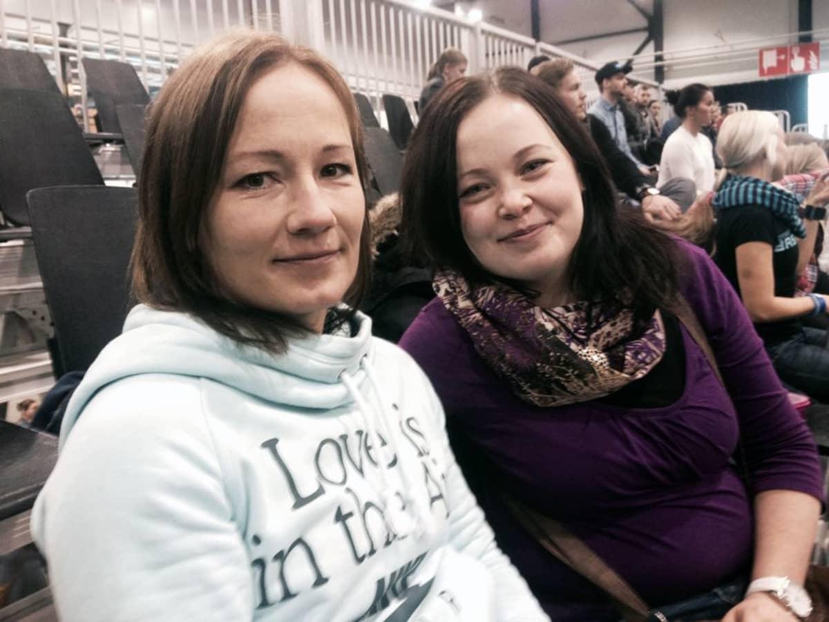Sanna Karsikas ja Tiina Mattila istuvat katsomossa