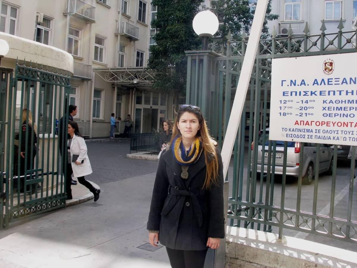 Stella Tabakaki sujautti lääkärille ruskean kirjekuoren äitinsä leikkauksesta julkisessa sairaalassa Ateenassa.