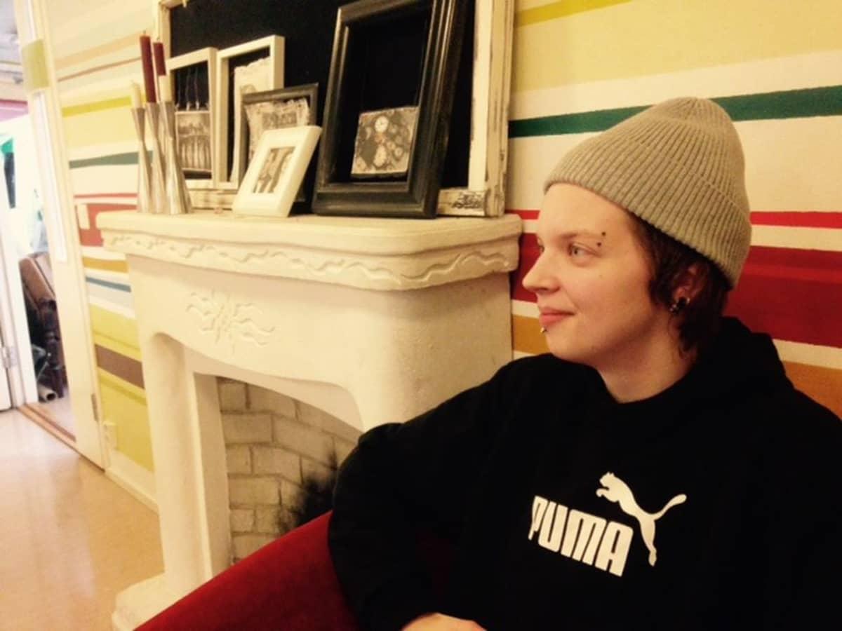 Reiska Halonen istuu sohvalla.