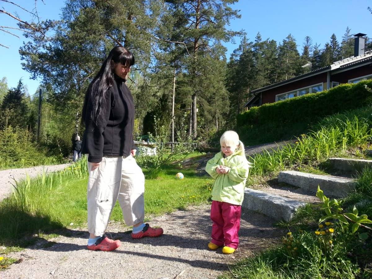 Katja ja Taika Alestalo omakotitalonsa pihalla Orimattilassa.