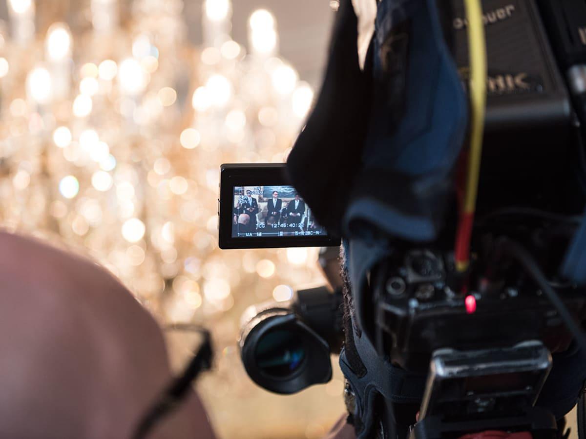 Videokuvaaja tallentaa hallituksen infoa Smolnassa.