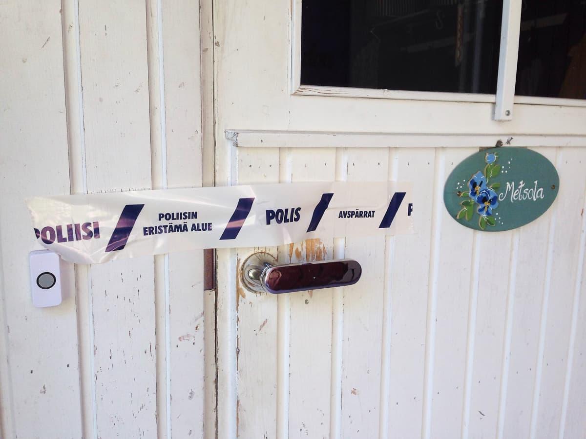 Poliisiteipillä suljettu Perhekoti Metsolan ovi.