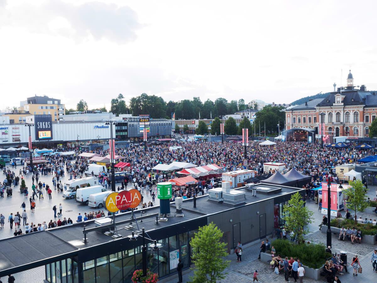 Kuvassa juhlitaan Kimmo Timosen Stanley Cup -voittoa Kuopion torilla 21. heinäkuuta.