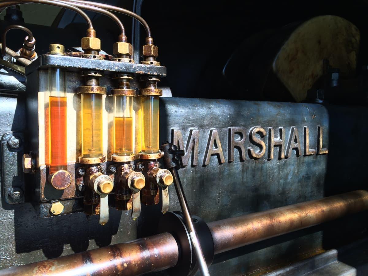 Yksityiskohta yli satavuotiaasta dieselvoimakone-Marshallista Kontiolahdelta.