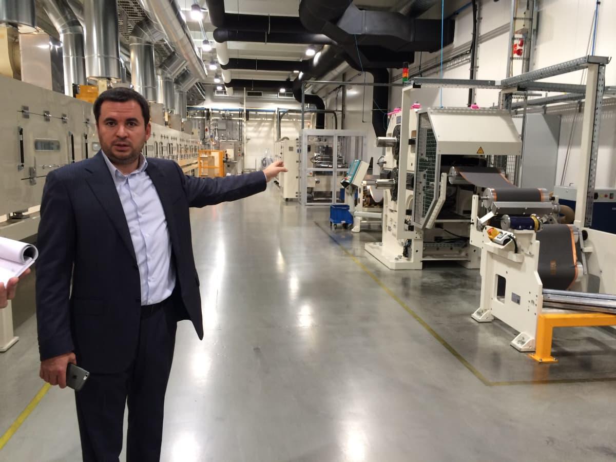 Varkauden akkutehtaan uusi pääomistaja Arsen Khusnutdinov esittelee tehtaan laitteita.