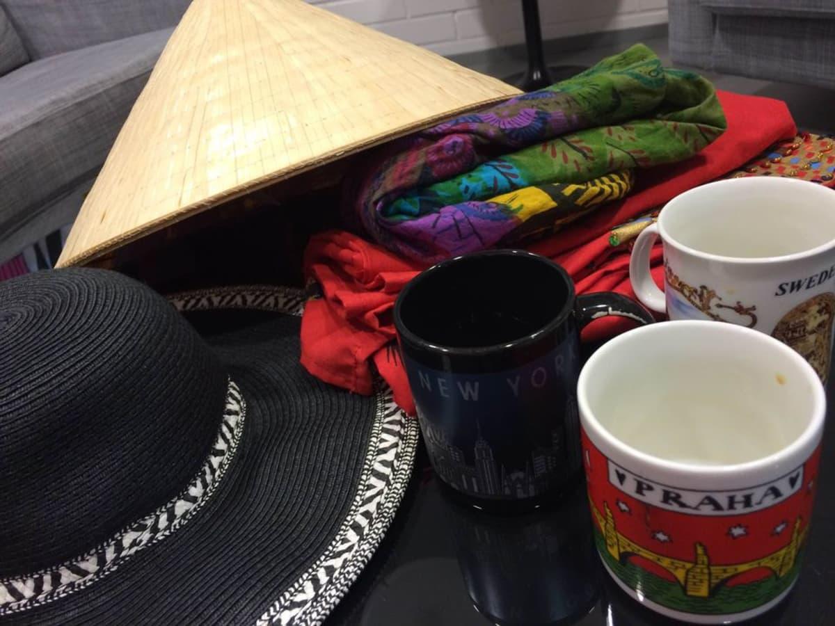 Ulkomailta tuotuja hattuja, mekkoja ja mukeja.
