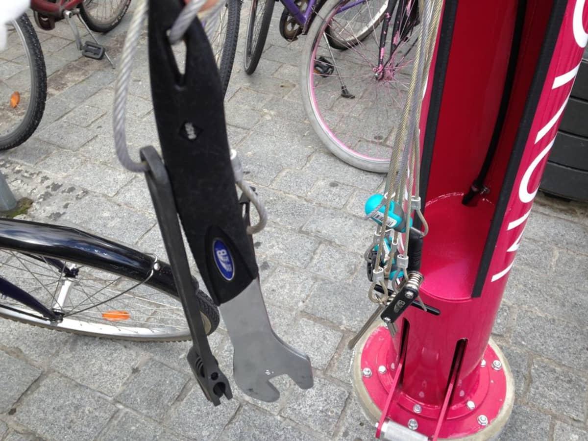 Vaijerien varassa pyöränhuoltotyökaluja.