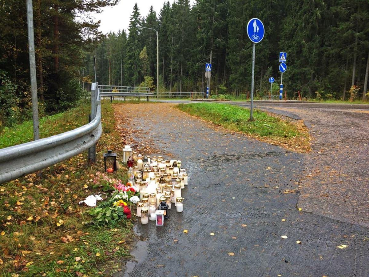 Kynttilöitä onnettomuuspaikalla Ylöjärven Takamaalla
