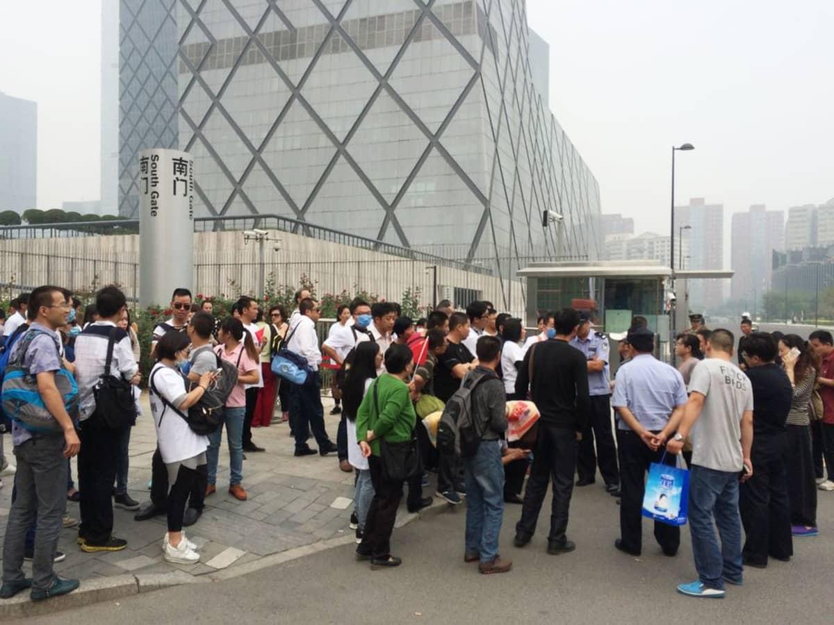 Mielenosoittajia Kiinan keskustelevision CCTV:n päämajan edustalla.