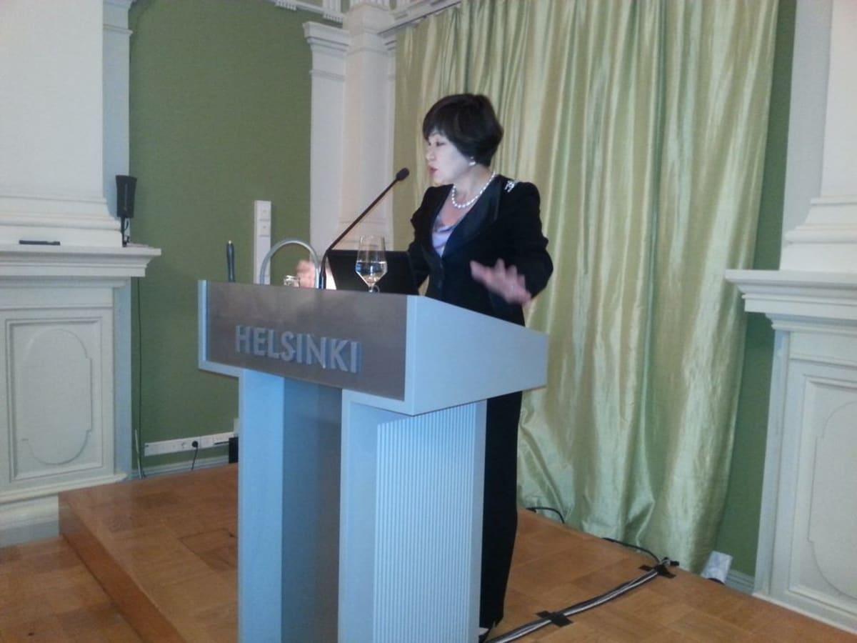 Yukako Uchinaga puhumassa Helsingin kaupungintalolla.