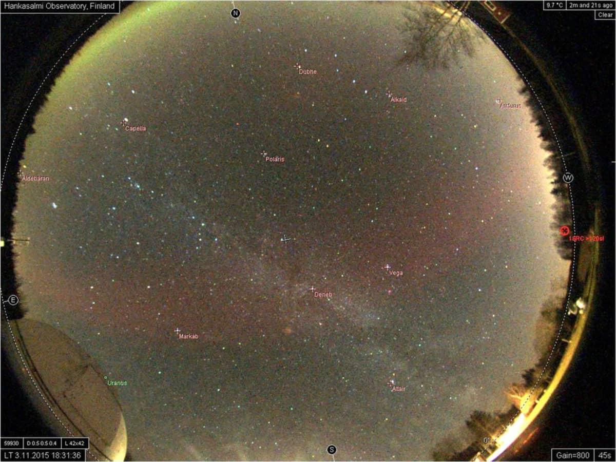 Punainen revontulikaari Hankasalmen observatorion kuvaamana.
