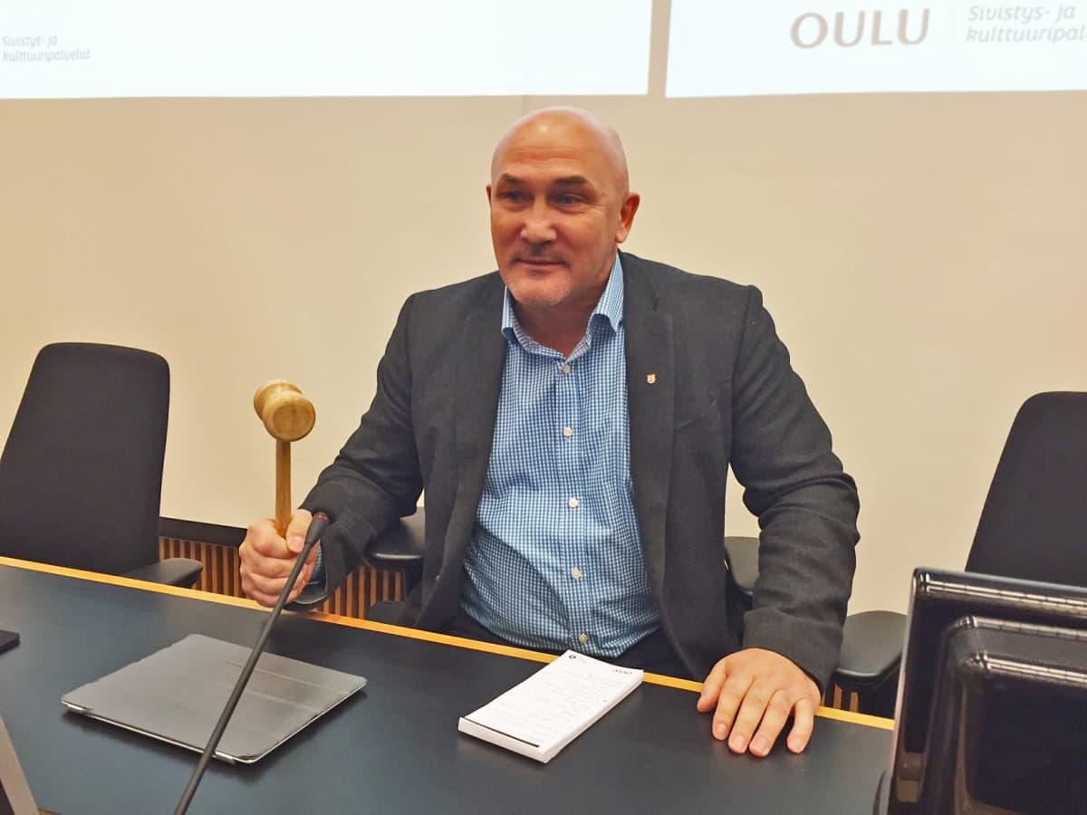 Oulun kaupunginvaltuuston puheenjohtaja Juha Hänninen