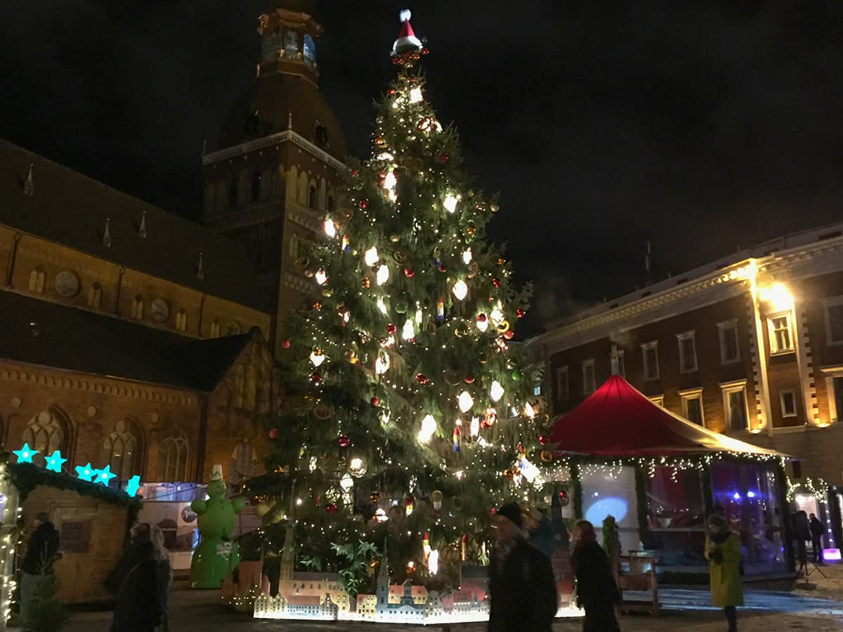 Riian perinteisin joulukuusi löytyy Tuomiokirkon aukiolta, jossa on myös toinen vanhankaupungin joulutoreista.